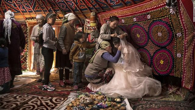 Ảnh chụp cô dâu Mông Cổ của nhiếp ảnh gia Tim Allen