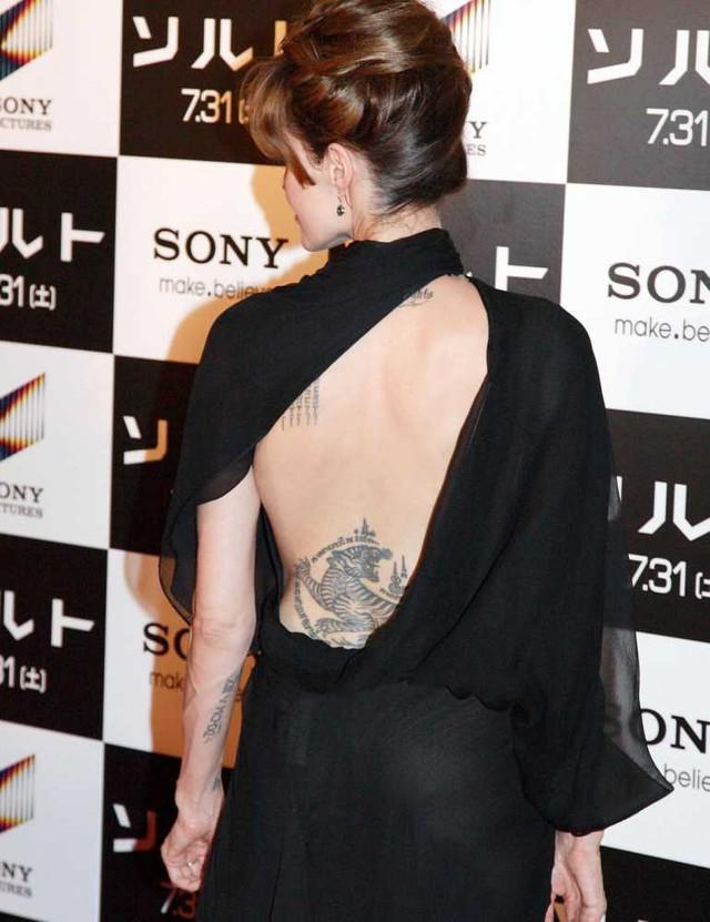 Là một người có nhiều hình xăm nhưng Angelina Jolie có một hình mãnh hổ ở phần hông dưới lưng mà không phải ai cũng biết.