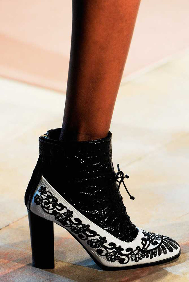 Boots đen - trắng với họa tiết hoa mang phong cách cổ điển, nữ tính của Erdem.