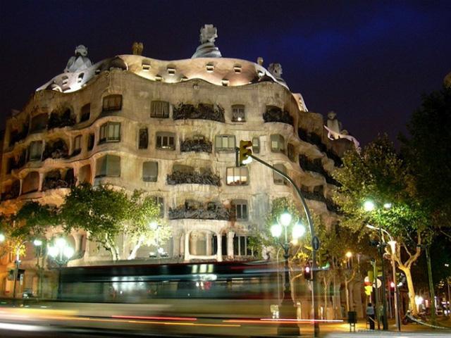 Toà nhà Mila ở Tây Ban Nha được xây dựng theo trường phái cách tân Catalan từ cuối thế kỷ XIX, đầu thế kỷ XX. Đây còn được coi là một trong những biểu tượng của thành phố Barcelona.