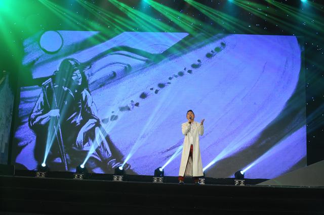 Tùng Dương thể hiện liên tục 2 ca khúc Tạm biệt chim én và Vết chân tròn trên cát, với hình ảnh tranh cát sống động trên sân khấu.