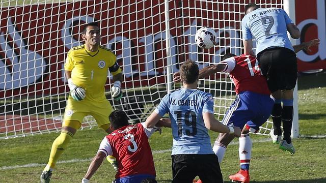 Gimenez mở tỷ số cho Uruguay bằng pha bật cao đánh đầu mạnh mẽ