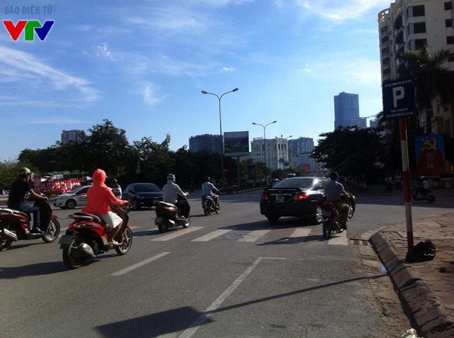 Nắng chói chang, trời không một gợn mây gây cảm giác nóng và bỏng rát cho người đi đường.
