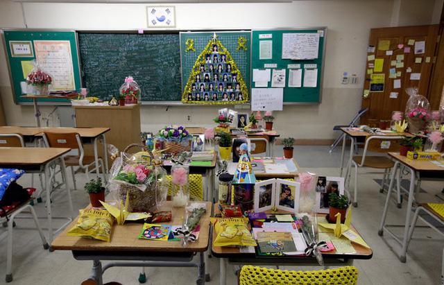 Lớp học tràn ngập hoa, bánh kẹo và những mẩu giấy nhớ tại trường trung học Danwon