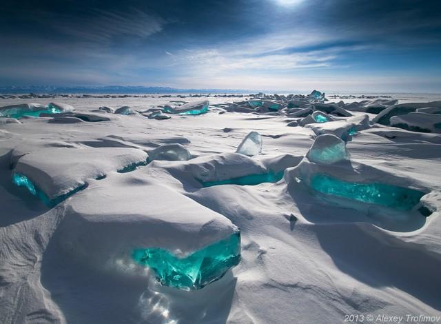 Băng đá xanh ở hồ Baikal, Nga.