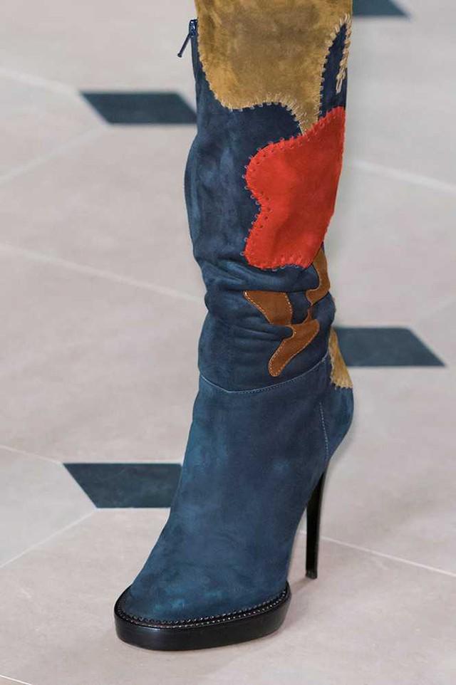 Boots mang phong cách hippie trong BST mới của Burberry.