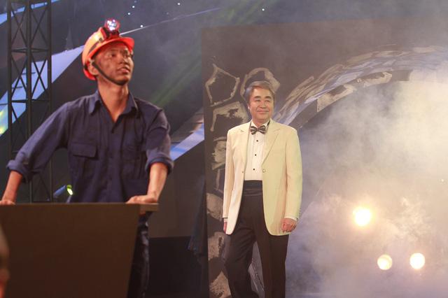 Hình ảnh những người thợ mỏ được thể hiện trong tiết mục Tôi là người thợ mỏ của NSND Quang Thọ.
