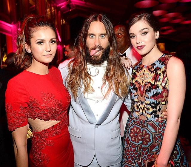 Jared Leto làm mặt hài hước khi chụp ảnh cùng hai người đẹp Nina Dobrev và Hailee Steinfeld.