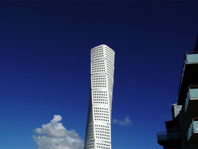 Tòa tháp vặn vẹo Turning Torso là một công trình kiến trúc nổi bật ở thành phố Malmo (Thụy Điển), còn được mệnh danh viên ngọc trắng của quốc gia này.