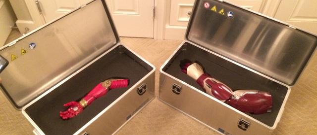 Cánh tay mới dành cho Alex Pring (trái) và cánh tay máy của Người Sắt Robert Downey Jr.  (phải)