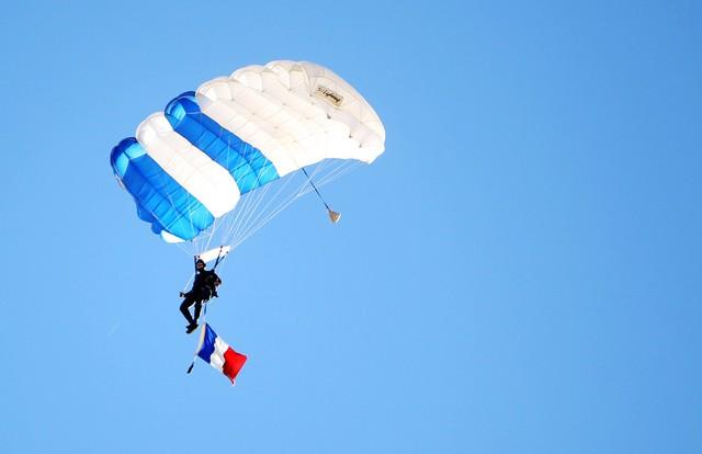 Trận đấu được bắt đầu bằng màn nhảy dù ấn tượng với lá cờ Pháp tung bay trên bầu trời