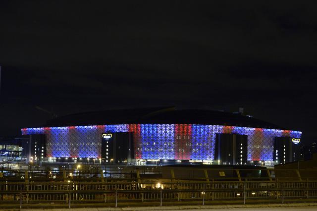 SVĐ Stockholm cũng được trang trí bằng ánh sáng 3 màu trong lá quốc kỳ của Pháp