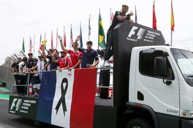 Treo cờ Pháp trên xe diễu hành sau chặng đua