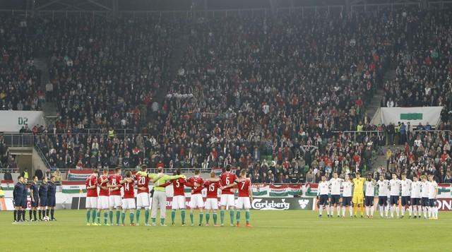 Các cầu thủ và khán giả dành 1 phút mặc niệm cho các nạn nhân của vụ khủng bố đẫm máu tại Paris ngày 13/11