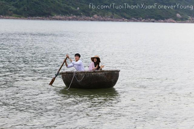 Linh và Junsu bên nhau trên chiếc thuyền thúng