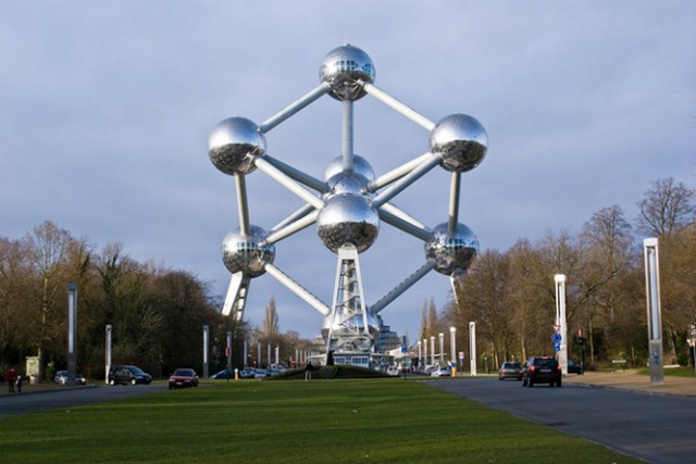 Atomium là một công trình được xây dựng cho Hội chợ quốc tế tại Bruxelles (Bỉ), mang hình dáng là các khối cầu kết cấu giống như tinh thể.