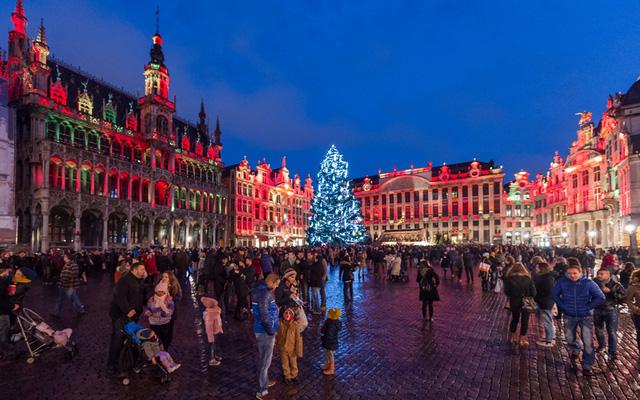 Khách sạn Grand Palace nổi tiếng ở Bỉ được nhuộm màu Giáng sinh đỏ rực.