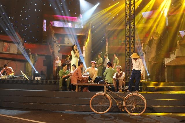 Tiết mục Nhớ về Hà Nội của Văn Mai Hương gây xúc động cho khán giả, bởi tái hiện những hình ảnh chân thực về ký ức Hà Nội.