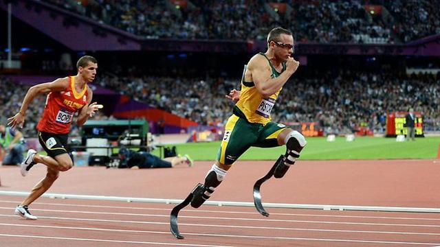 Với đôi chân nhân tạo bằng sợi Carbon, Oscar Pistorius là vận động viên khuyết tật đầu tiên thi đấu tại Olympic