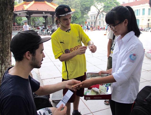 Những người nước ngoài nhiệt tình ủng hộ cho hoạt động tình nguyện của KHÁC