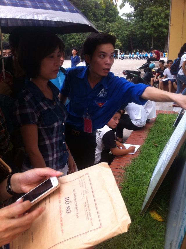 Sinh viên tình nguyện Đại học Thương mại hướng dẫn phụ huynh nghiên cứu điểm xét tuyển ngành