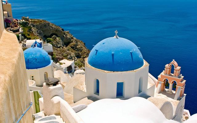Dễ dàng bắt gặp ở khắp Santorini là dạng kiến trúc hình mái vòm với những ô cửa nhỏ xinh xắn