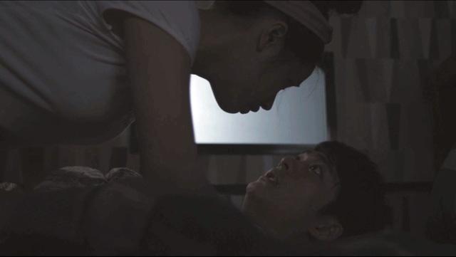 Linh vô tình vào nhầm phòng của Junsu và cả hai đã có màn chạm trán vô cùng bất ngờ.
