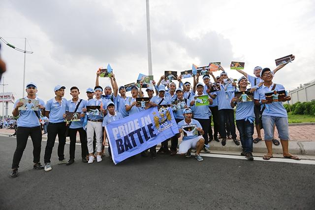 Khoảng 16h, tại khu vực cửa Vip, sân bay quốc tế Nội Bài, Hà Nội, khá đông CĐV Man City đã có mặt để chờ đón các ngôi sao áo xanh.