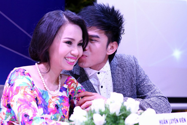 Đan Trường thể hiện tình cảm với Cẩm Ly bằng một nụ hôn lên má.