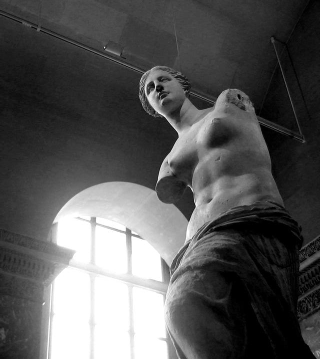 Hình cận cảnh tượng Venus de Milo trưng bày tại bảo tàng Louvre, Pháp