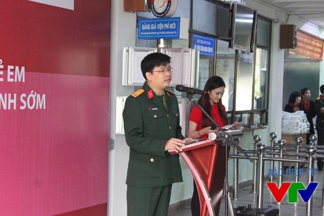Ông Phạm Ngọc Quỳnh, Giám đốc Viettel Quảng Bình phát biểu trong ngày đầu khám sàng lọc tại tỉnh Quảng Bình