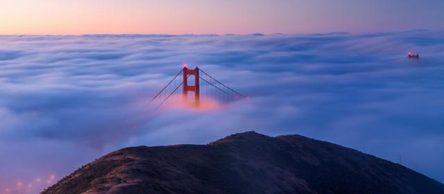 Cây cầu Cổng vàng mờ ảo trong sương.