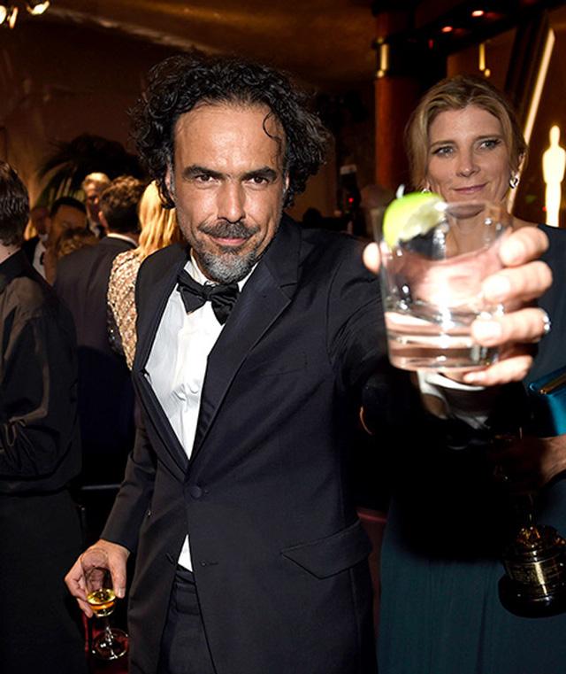 Đạo diễn Alejandro Gonzalez Inarritu nâng ly ăn mừng. Ông đã trở thành Đạo diễn xuất sắc nhất cho phần chỉ đạo trong phim Birdman.