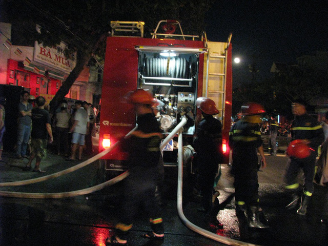 10 xe chữa cháy cùng gần 100 cán bộ, chiến sĩ chữa cháy đã được điều tới hiện trường