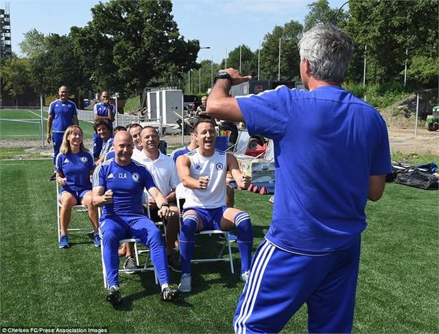 Đội trưởng Terry hớn hở khi HLV Mourinho đưa ra chỉ dẫn cho bài tập trước buổi tập cuối cùng của Chelsea ở Montreal, Canada.