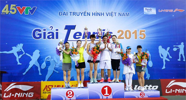 Ông Nguyễn Thành Lương trao giải cho các tay vợt đoạt giải ở nội dung đôi nữ.
