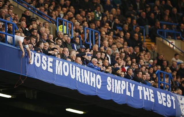 Các biểu ngữ ủng hộ Mourinho dày đặc trên khán đài