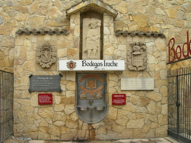 Bao quanh nhà máy là khu rừng núi hùng vỹ với vườn nho rộng lớn. Năm 1991, người ta xây dựng những vòi nước nhỏ bên tường ngoài của nhà máy dọc theo con đường Camino de Santiago. Tại đây, những người khách bộ hành hay khách du lịch có thể dừng chân thưởng thức rượu vang miễn phí.
