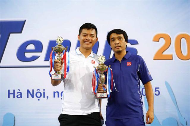 Nhà báo Phan Ngọc Tiến (áo tím), Trưởng Ban Sản xuất các chương trình Thể thao cùng BTV Nguyễn Anh Thắng đã giành chức vô địch nội dung đôi nam