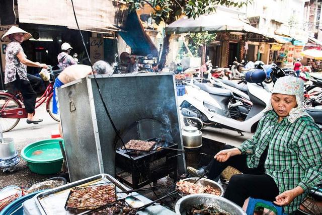 Những món ăn đường phố mang hương vị dân dã giúp Hà Nội (Việt Nam) đứng ở vị trí thứ 2 theo đánh giá của Telegraph.