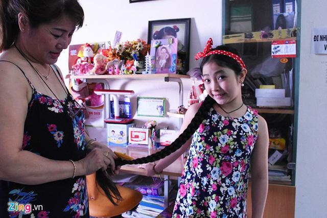 Ngay từ khi tham gia Giọng hát Việt nhí, cô bé đã gây ấn tượng với mái tóc dài nên được đặt biệt danh công chúa tóc mây. Mẹ Hồng Minh tâm sự, từ khi chào đời, em chưa từng cắt tóc, dù thỉnh thoảng có một số bất tiện trong sinh hoạt, nhưng em rất tự hào và chưa từng xin mẹ cho cắt ngắn. Trước khi đến trường, em được mẹ hỗ trợ thắt bím gọn gàng.
