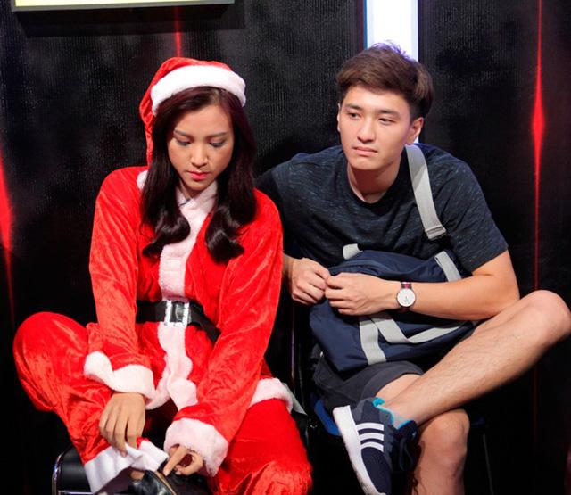 Huỳnh Anh - bạn trai của Hoàng Oanh - cũng có mặt ở hậu trường để cổ vũ nữ MC. Sau hơn 1 năm công khai tình cảm, cặp đôi luôn nhận được sự quan tâm của truyền thông.