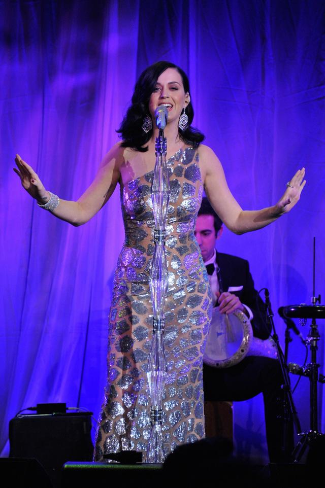 Katy Perry trong buổi trình diễn tại sự kiện gây quỹ Unicef Snowflake Ball năm 2013.