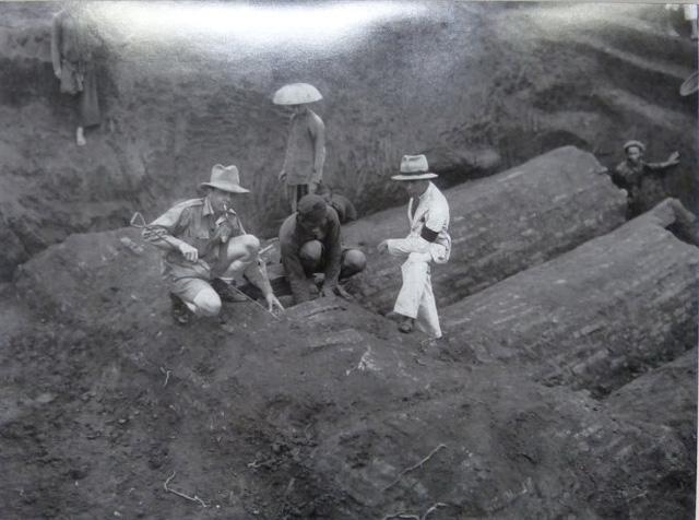 Khai quật một mộ cổ bằng gạch (thế kỷ I - III) tại Vĩnh Phúc năm 1933 .Ảnh chụp lại từ triển lãm.