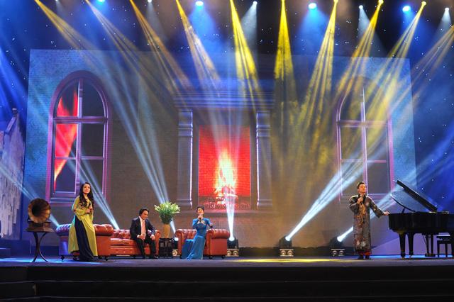 Sân khấu với thiết kế 3D làm sống động tiết mục của NSƯT Quang Lý, Hồng Nhung, Lan Anh và Tùng Dương.