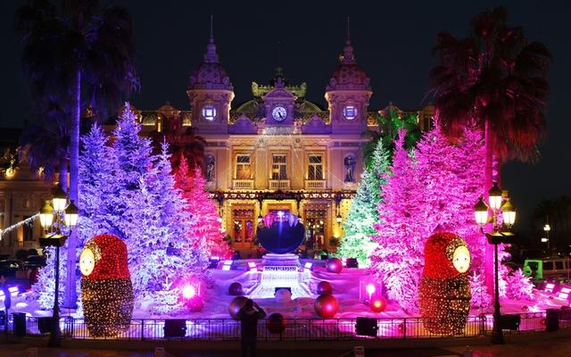 Sòng bạc Monte Carlo ở Monaco được phủ ngập bởi sắc màu rực rỡ.