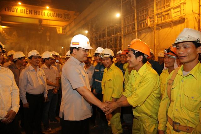 Phó Thủ tướng Hoàng Trung Hải động viên công nhân tại Dự án Thủy điện Huội Quảng. Ảnh: VGP/Nguyên Linh