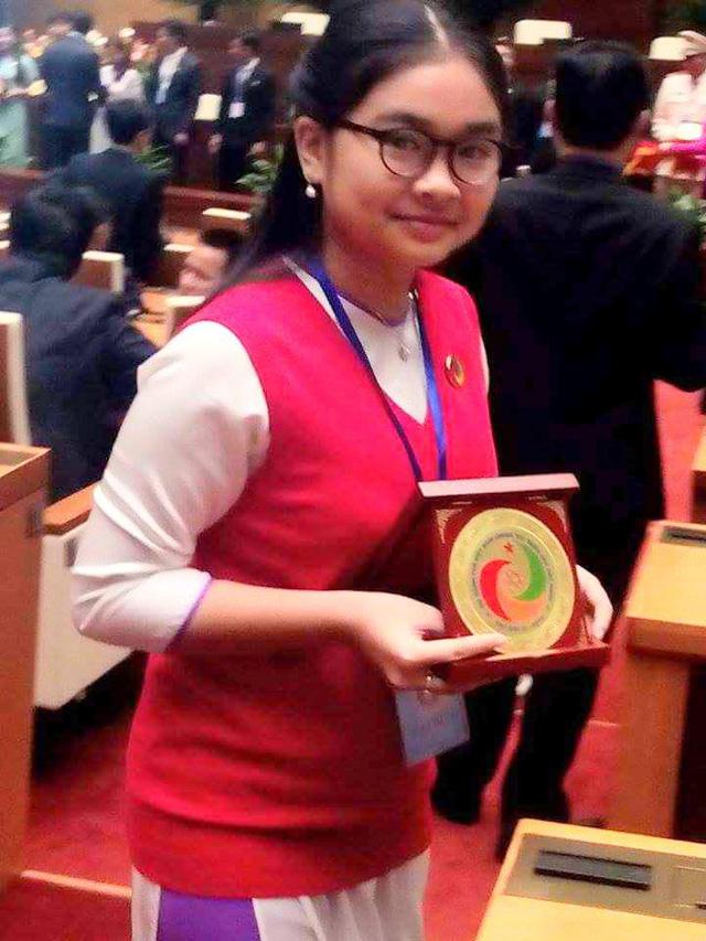 Thiện Nhân diện áo dài nữ sinh nhận bằng khen tại Đại hội Tài năng trẻ 2015.