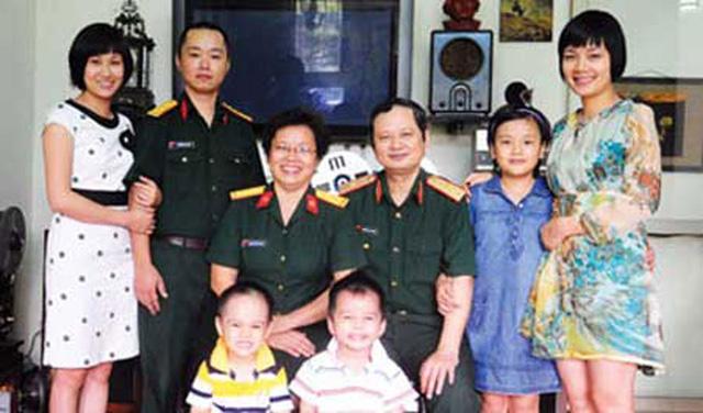 Gia đình hạnh phúc của nhạc sĩ An Thuyên. Ca sĩ Bông Mai (đầu tiên, bên phải)