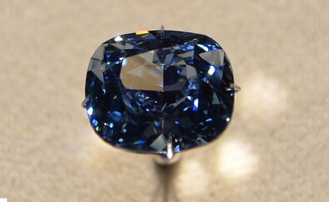 Cận cảnh viên kim cương màu xanh đắt giá